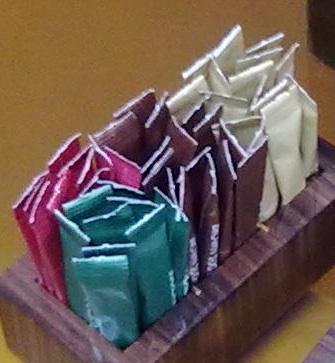 assortimento bustine di zucchero al tavolo
